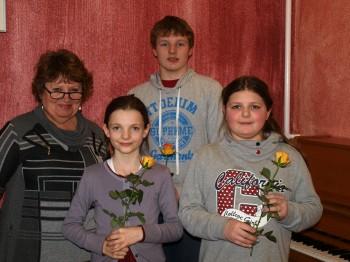 Drei Gewinner und Ihre Lehrerin